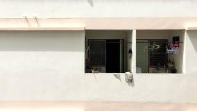 Διάστημα και μπαλκόνι πολυκατοικίας με το υπόβαθρο τοίχων Στοκ φωτογραφία με δικαίωμα ελεύθερης χρήσης