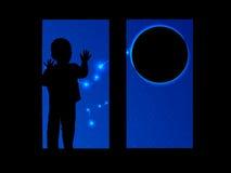 Διάστημα και το παιδί που φαίνεται έξω το παράθυρο διανυσματική απεικόνιση