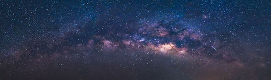 Διάστημα κόσμου άποψης πανοράματος που πυροβολείται του γαλακτώδους γαλαξία τρόπων με τα αστέρια σε έναν νυχτερινό ουρανό