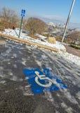 Διάστημα χώρων στάθμευσης αναπηρίας με τον πάγο και το χιόνι Στοκ φωτογραφίες με δικαίωμα ελεύθερης χρήσης