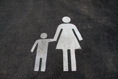 """Διάστημα χώρων στάθμευσης για τις μητέρες και τα παιδιά Σημάδι στην άσφαλτο """"Mother και child† Σημάδι στην οδό """"Mom και ki Στοκ Εικόνες"""