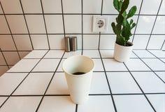 Διάστημα Minimalistic της κουζίνας ή του φραγμού με την έξοδο δύναμης, τον κάκτο και την ηλεκτρική ενέργεια φλιτζανιών του καφέ ε Στοκ εικόνες με δικαίωμα ελεύθερης χρήσης