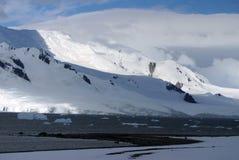 Διάστικτο βουνό ήλιων στην Ανταρκτική με τον ωκεανό στο πρώτο πλάνο Στοκ εικόνες με δικαίωμα ελεύθερης χρήσης