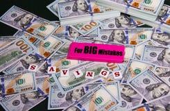 Διάσωση και μεγάλα λάθη Διεσπαρμένοι και συσσωρευμένοι λογαριασμοί εκατό δολαρίων στοκ εικόνα