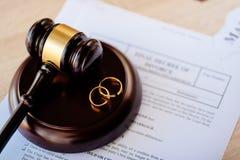 Διάταγμα διαζυγίου μέσα και δύο σπασμένα γαμήλια δαχτυλίδια gavel δικαστών στοκ φωτογραφία