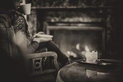 Διάταξη θέσεων γυναικών κοντά στην εστία και το φλιτζάνι του καφέ κατανάλωσης και κατανάλωση του όμορφου χειμερινού επιδορπίου με στοκ εικόνες