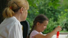 Διάταξη θέσεων σε έναν πάγκο στο πάρκο απόθεμα βίντεο