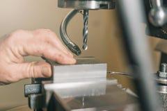 Διάτρηση υπαλλήλων Διάτρηση μετάλλων applicator εργαστήριο καρφιών καρφιών μετάλλων πυροβόλων όπλων Στοκ εικόνες με δικαίωμα ελεύθερης χρήσης