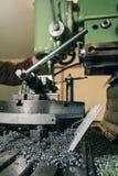 Διάτρηση υπαλλήλων Διάτρηση μετάλλων applicator εργαστήριο καρφιών καρφιών μετάλλων πυροβόλων όπλων Στοκ εικόνα με δικαίωμα ελεύθερης χρήσης