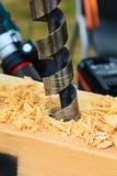 Διάτρυση μηχανών μετάλλων στον ξύλινο πίνακα Στοκ φωτογραφία με δικαίωμα ελεύθερης χρήσης