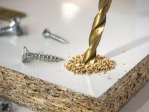 Διάτρυση μιας τρύπας με ένα τρυπάνι Στοκ Φωτογραφία