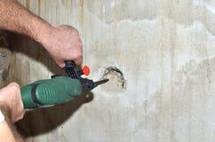 Διάτρυση μιας τρύπας σε έναν τοίχο Στοκ εικόνες με δικαίωμα ελεύθερης χρήσης