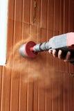 Διάτρυση μιας τρύπας στον τοίχο, ένα άτομο στην εργασία Στοκ Φωτογραφία
