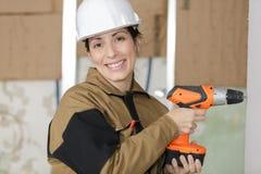 Διάτρυση οικοδόμων γυναικών στον τοίχο Στοκ εικόνα με δικαίωμα ελεύθερης χρήσης