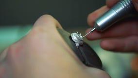 Διάτρυση πριν από inlay του ασημένιου δαχτυλιδιού με τους πολύτιμους λίθους απόθεμα βίντεο