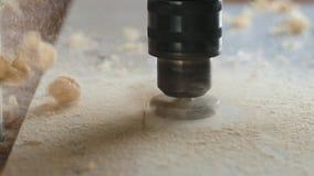 Διάτρυση της ευρείας τρύπας στο χαρτόνι Βίντεο κινηματογραφήσεων σε πρώτο πλάνο φιλμ μικρού μήκους