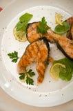 Διάφορα άσπρα στρογγυλά καρυκεύματα πιάτων μπριζολών σολομών Στοκ Εικόνες