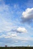 Διάφορα άσπρα σύννεφα σωρειτών κάτω από την πόλη στοκ εικόνες