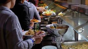 Διάφορα έτοιμα γεύματα στο μετρητή στην αυτοεξυπηρέτηση τραπεζαρίας στοκ εικόνα με δικαίωμα ελεύθερης χρήσης
