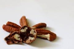 Διάφορα αμερικανικά καρύδια υπό μορφή καρδιών στο πρώτο πλάνο απομονωμένος στοκ φωτογραφία με δικαίωμα ελεύθερης χρήσης