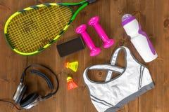 Διάφορα αντικείμενα για τον αθλητισμό και θηλυκός στηθόδεσμος στο ξύλινο πάτωμα στοκ εικόνα