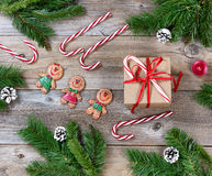 Διάφορα αντικείμενα Χριστουγέννων στους αγροτικούς ξύλινους πίνακες Στοκ φωτογραφίες με δικαίωμα ελεύθερης χρήσης