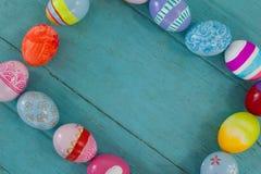 Διάφορα αυγά Πάσχας που διαμορφώνουν τη μορφή πλαισίων Στοκ Εικόνα