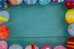 Διάφορα αυγά Πάσχας που διαμορφώνουν τη μορφή πλαισίων Στοκ εικόνες με δικαίωμα ελεύθερης χρήσης