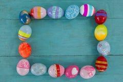 Διάφορα αυγά Πάσχας που διαμορφώνουν τη μορφή πλαισίων Στοκ Φωτογραφία