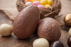 Διάφορα αυγά Πάσχας σοκολάτας στο ξύλινο υπόβαθρο Στοκ εικόνα με δικαίωμα ελεύθερης χρήσης