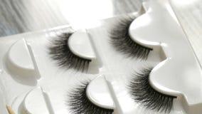 Διάφορα αχρησιμοποίητα ψεύτικα eyelashes στο ειδικό κιβώτιο φιλμ μικρού μήκους