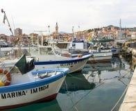 Διάφορα αλιευτικά σκάφη δένονται Στοκ Εικόνα