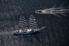 Διάφορα γιοτ και sailboats πηγαίνουν στη θάλασσα κάτω από το πανί επάνω από την όψη Στοκ Εικόνες