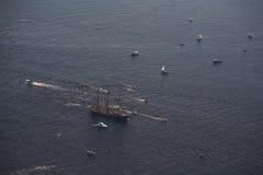 Διάφορα γιοτ και sailboats πηγαίνουν στη θάλασσα κάτω από το πανί επάνω από την όψη Στοκ εικόνα με δικαίωμα ελεύθερης χρήσης