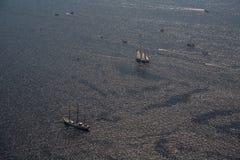 Διάφορα γιοτ και sailboats πηγαίνουν στη θάλασσα κάτω από το πανί επάνω από την όψη Στοκ Εικόνα