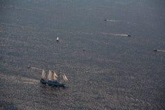 Διάφορα γιοτ και sailboats πηγαίνουν στη θάλασσα κάτω από το πανί επάνω από την όψη Στοκ φωτογραφίες με δικαίωμα ελεύθερης χρήσης