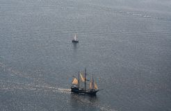 Διάφορα γιοτ και sailboats πηγαίνουν στη θάλασσα κάτω από το πανί επάνω από την όψη Στοκ Φωτογραφίες