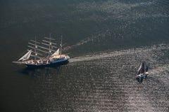 Διάφορα γιοτ και sailboats πηγαίνουν στη θάλασσα κάτω από το πανί επάνω από την όψη Στοκ φωτογραφία με δικαίωμα ελεύθερης χρήσης
