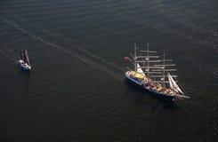 Διάφορα γιοτ και sailboats πηγαίνουν στη θάλασσα κάτω από το πανί επάνω από την όψη Στοκ Φωτογραφία