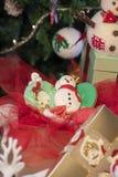 Διάφορα γλυκά ζωηρόχρωμα μπισκότα Χριστουγέννων με το χριστουγεννιάτικο δέντρο στον ξύλινο πίνακα στοκ φωτογραφίες με δικαίωμα ελεύθερης χρήσης