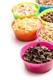 Διάφορα γλυκά δημητριακά στα ζωηρόχρωμα κύπελλα Στοκ Εικόνες