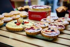 Διάφορα διαφορετικά κέικ τύπων γλυκών στο κατάστημα ζύμης στοκ φωτογραφία