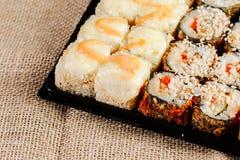 Διάφορα είδη καυτών τηγανισμένων ρόλων σουσιών που εξυπηρετούνται στον πίνακα Μακρο πλάνο Στοκ Εικόνα