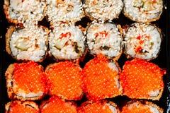 Διάφορα είδη καυτών τηγανισμένων ρόλων σουσιών που εξυπηρετούνται στον πίνακα Μακρο πλάνο Στοκ Εικόνες