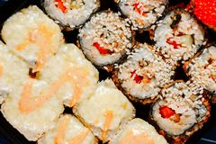 Διάφορα είδη καυτών τηγανισμένων ρόλων σουσιών που εξυπηρετούνται στον πίνακα Μακρο πλάνο Στοκ Φωτογραφίες