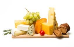 Διάφορα είδη τυριών, κεράσι Tomatoe, σταφύλι στοκ εικόνες