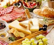 Διάφορα είδη σκληρών τυριών και θεραπευμένου κρέατος Στοκ φωτογραφίες με δικαίωμα ελεύθερης χρήσης