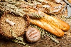 Διάφορα είδη φρέσκου ψημένου ψωμιού με το σιτάρι στοκ εικόνα με δικαίωμα ελεύθερης χρήσης