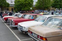Διάφορα εκλεκτής ποιότητας αυτοκίνητα που στέκονται σε μια σειρά Στοκ φωτογραφία με δικαίωμα ελεύθερης χρήσης