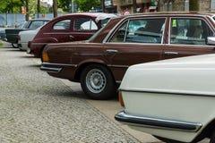 Διάφορα εκλεκτής ποιότητας αυτοκίνητα που στέκονται σε μια σειρά Στοκ εικόνες με δικαίωμα ελεύθερης χρήσης